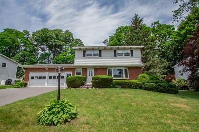Colonie Single Family Home For Sale: 18 Gaslight Dr