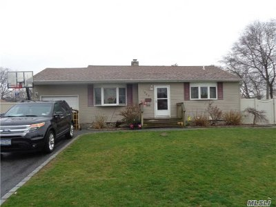 Bay Shore Single Family Home For Sale: 1043 S Thompson Dr