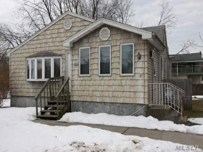 Bay Shore Single Family Home For Sale: 16 Bancroft Rd