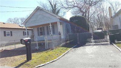 Ronkonkoma Single Family Home For Sale: 208 Iroquois St