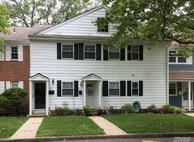Hauppauge Condo/Townhouse For Sale: 217 Towne House Vlg