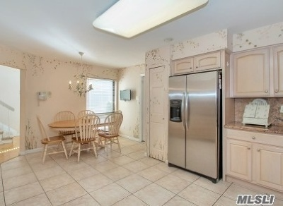 Jericho Condo/Townhouse For Sale: 105 Foxwood Dr