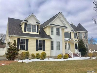 Centereach Single Family Home For Sale: 18 Graces Way