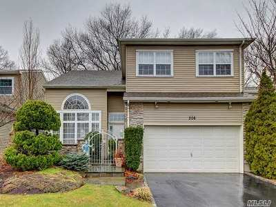 Hauppauge Condo/Townhouse For Sale: 206 Windwatch Dr