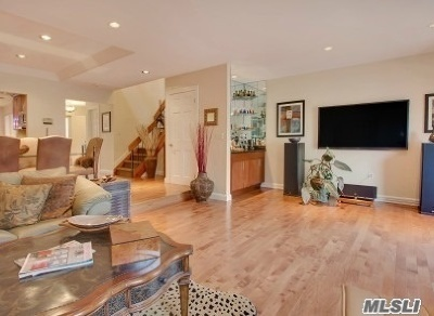 Jericho Condo/Townhouse For Sale: 31 Club House Ct