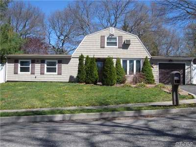 Farmingville Single Family Home For Sale: 2 College Hills Dr