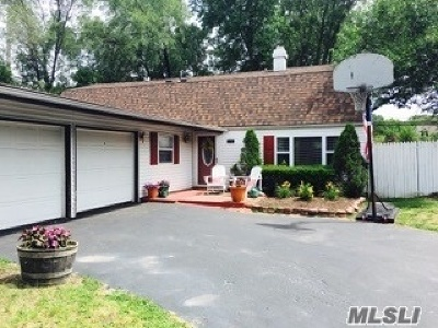 Holbrook Single Family Home For Sale: 26 All Points Ter