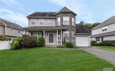 Holtsville Single Family Home For Sale: 4 Marigold Ct