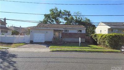 Freeport Single Family Home For Sale: 34 Laurette Ln