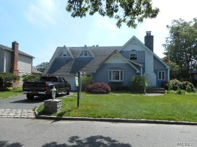 Bay Shore Single Family Home For Sale: 35 Bayway Ave