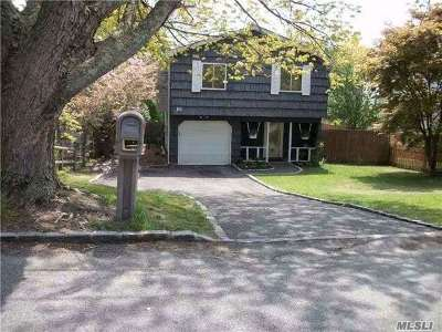 Farmingville Single Family Home For Sale: 16 Falcon Ct