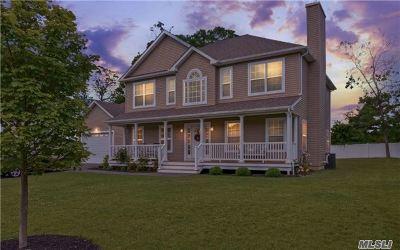 Hauppauge Single Family Home For Sale: 17 Horseshoe Circle