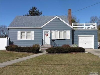 Islip Single Family Home For Sale: 217 Manhattan Blvd
