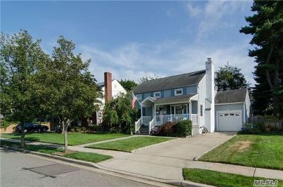 Lynbrook Single Family Home For Sale: 82 Hart St