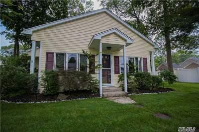 Ronkonkoma Single Family Home For Sale: 270 Iroquois St