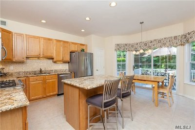 Smithtown Condo/Townhouse For Sale: 95 Paddington Cir