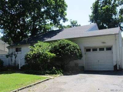 Huntington Single Family Home For Sale: 18 Bayley Pl