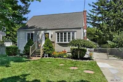 Lindenhurst Single Family Home For Sale: 124 Kramer Dr