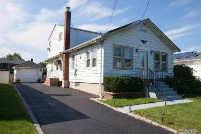 Farmingdale Single Family Home For Sale: 14 Terrace View Rd