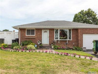 Lindenhurst Single Family Home For Sale: 566 Heathcote Rd