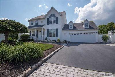 Holtsville Single Family Home For Sale: 22 Mayflower Ln
