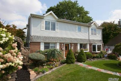 Levittown Single Family Home For Sale: 15 Curve Ln