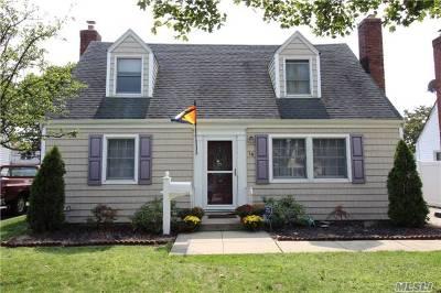 Hicksville Single Family Home For Sale: 18 Gables Rd
