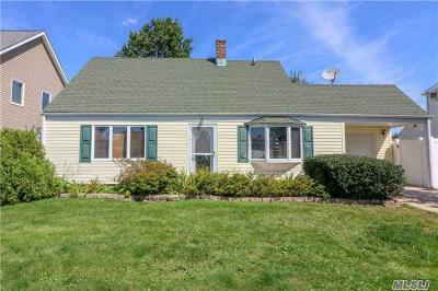 Levittown Single Family Home For Sale: 15 Fox Ln