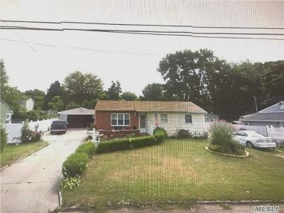 central Islip Single Family Home For Sale: 1 Pinetop Dr