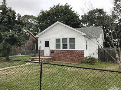 Copiague Single Family Home For Sale: 860 Pinelawn Ave