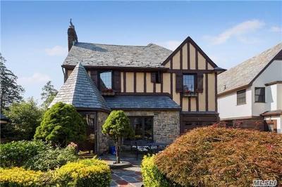 Rockville Centre Single Family Home For Sale: 82 Marlborough Ct