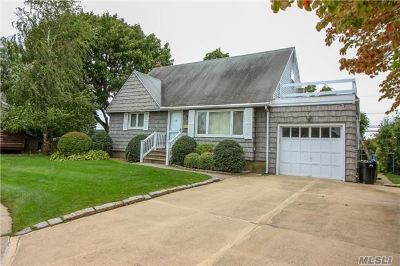 Levittown Single Family Home For Sale: 3218 Roxbury Ln