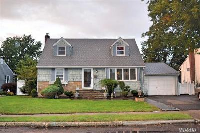 Farmingdale, Hicksville, Levittown, Massapequa, Massapequa Park, N. Massapequa, Plainview, Syosset, Westbury Single Family Home For Sale: 2548 Hyacinth St