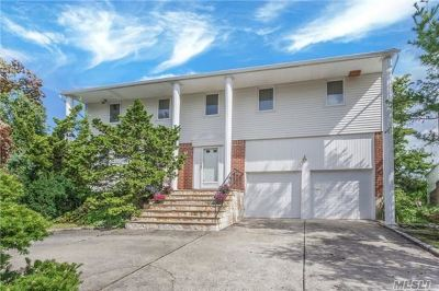 Roslyn Single Family Home For Sale: 1 Coachman Dr