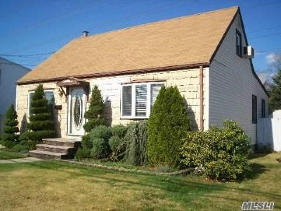 Levittown Single Family Home For Sale: 3677 Mallard Rd