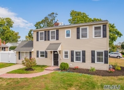 Levittown Single Family Home For Sale: 2 Gate Ln