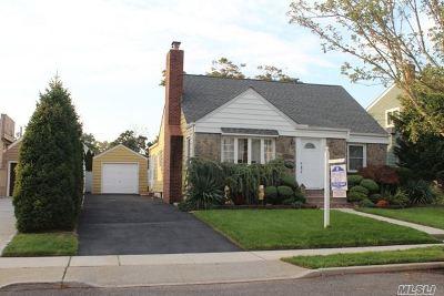 Merrick Single Family Home For Sale: 32 Rutgers Pl