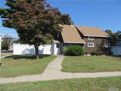 Levittown Single Family Home For Sale: 37 Coachman Ln