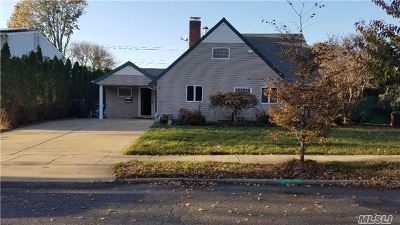 Farmingdale, Hicksville, Levittown, Massapequa, Massapequa Park, N. Massapequa, Plainview, Syosset, Westbury Single Family Home For Sale: 2 Pilgrim Ln