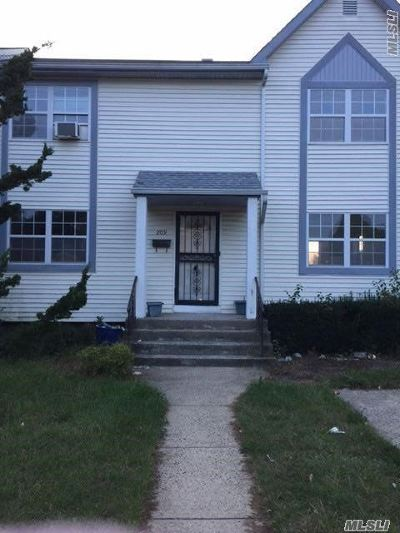 Westbury Single Family Home For Sale: 209 Urban Ave