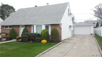 Levittown Single Family Home For Sale: 126 Southberry Ln