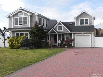West Islip Single Family Home For Sale: 4 E Secatogue Ln