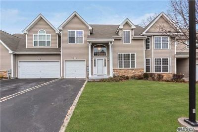 Hauppauge Condo/Townhouse For Sale: 9 Arielle Ct