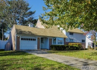 Levittown Single Family Home For Sale: 14 Ramble Ln
