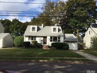 Syosset Single Family Home For Sale: 46 Fieldstone Dr