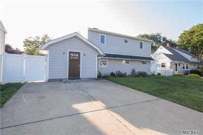 Levittown Single Family Home For Sale: 12 Ponder Ln