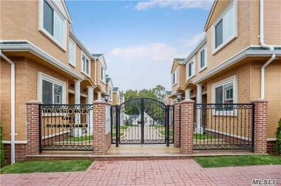 Great Neck Condo/Townhouse For Sale: 85-93 Steamboat Rd #4