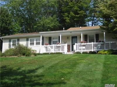 Smithtown Single Family Home For Sale: 43 Derby Pl