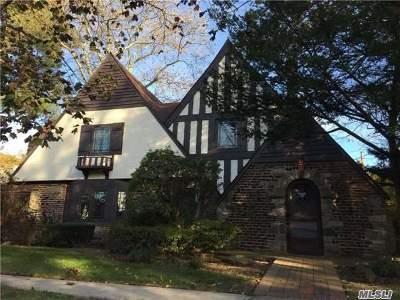 Rockville Centre Single Family Home For Sale: 27 Pickwick Ter