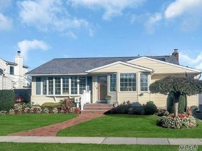 Hicksville Single Family Home For Sale: 56 Haverford Rd